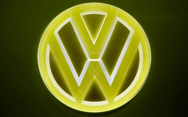das-logo-von-vw-auf-autos-die